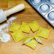 Deliciosa receta de raviolis caseros rellenos de champiñones y salsa roquefort con nueces
