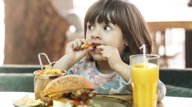 Los niños españoles exceden el consumo de proteínas y grasas saturadas